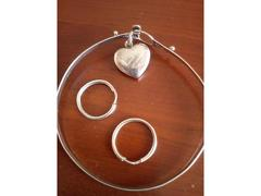 Conjunto: Pulseira, pendente/berloque  e argolas, em prata de lei.